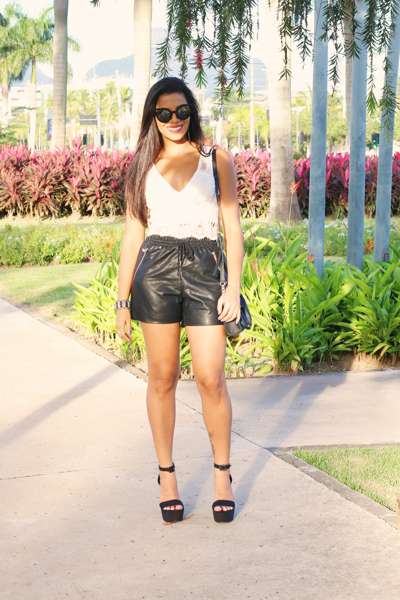 look_evelyn_regly_short_couro_cropped_branco_10