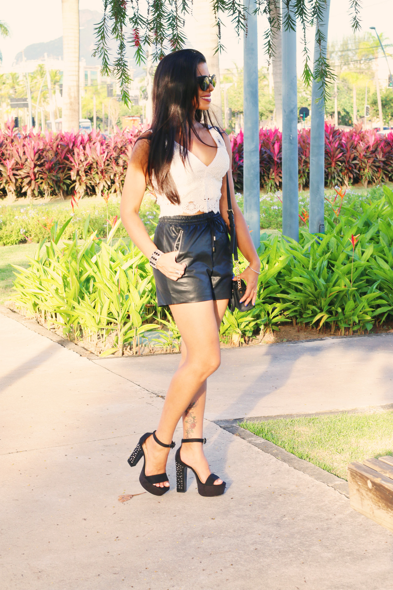 look_evelyn_regly_short_couro_cropped_branco_7
