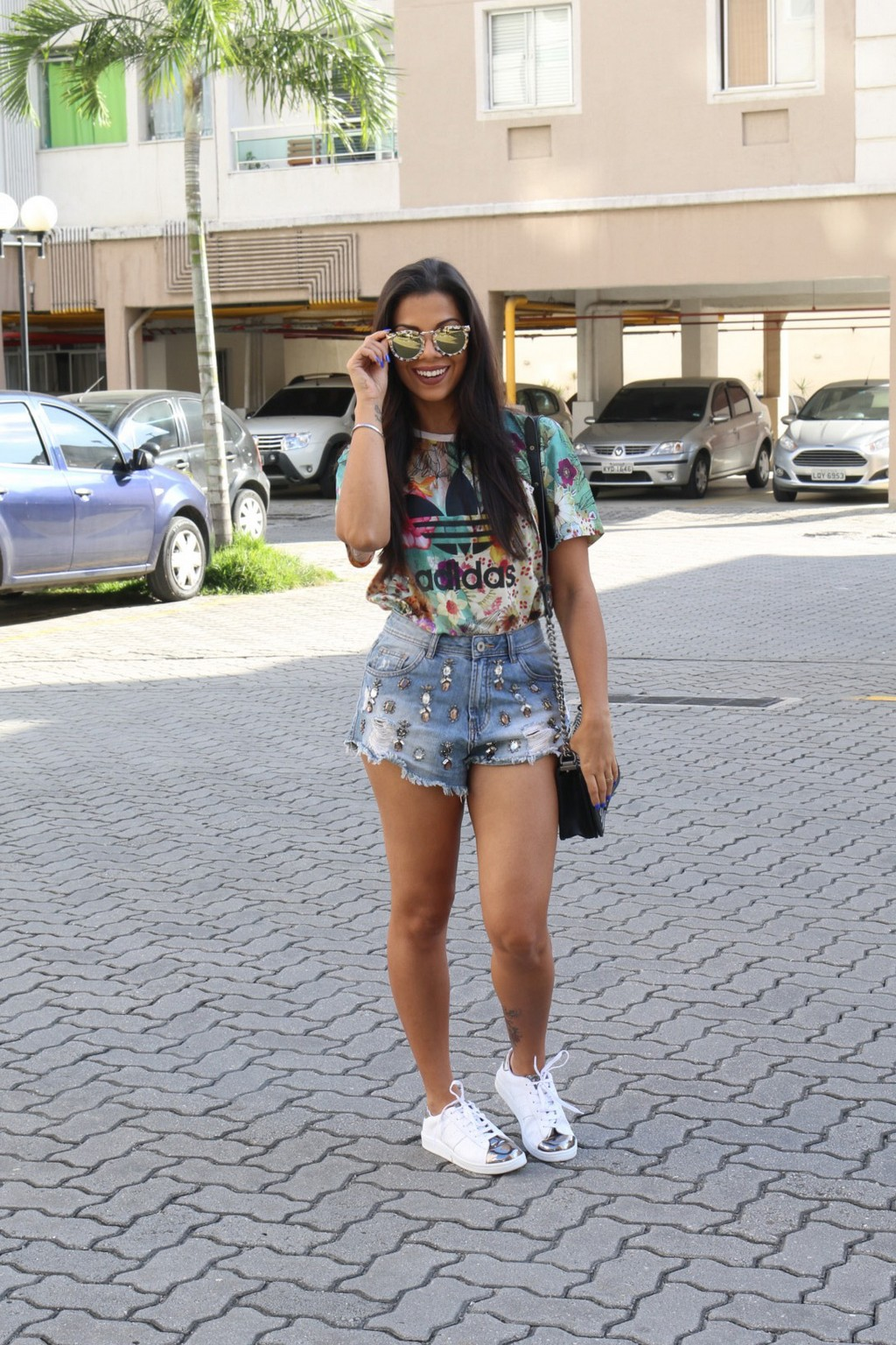 tn_look_t-shirt_adidas_short_jeans_tenis_branco_evelyn_regly_7