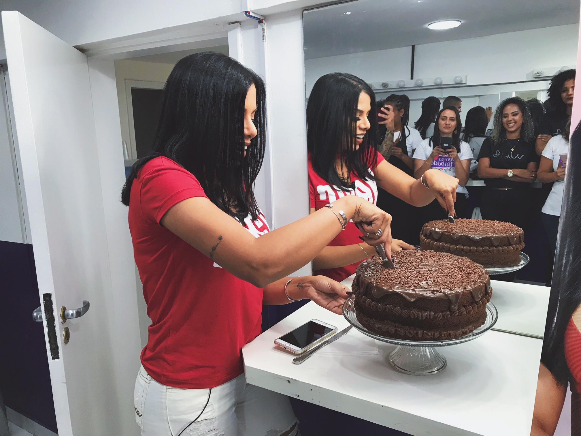 teve festa surpresa no bonde das morenas maxton. olha o bolo, em nome de jesus