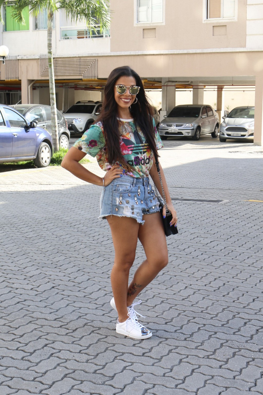 tn_look_t-shirt_adidas_short_jeans_tenis_branco_evelyn_regly