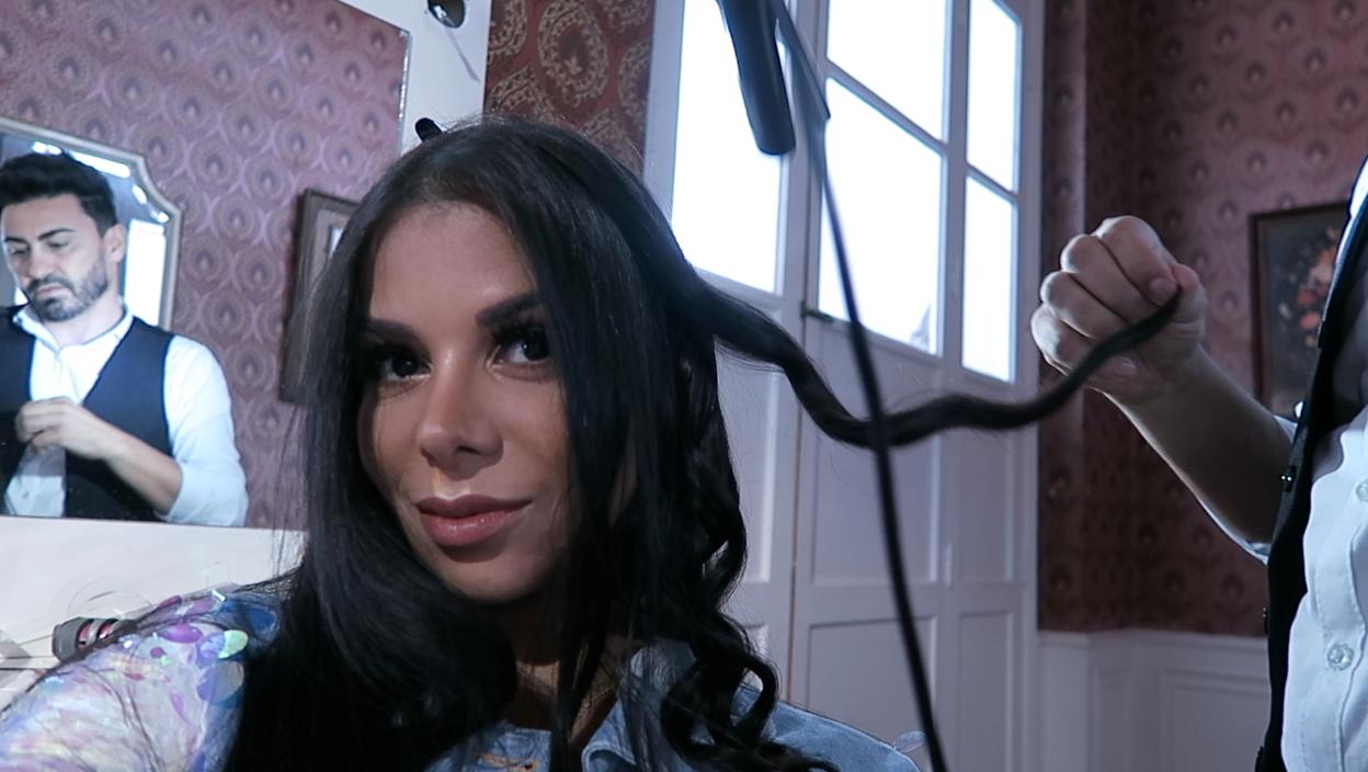 evelyn regly ondulando os cabelos após usar a família novex super babosão