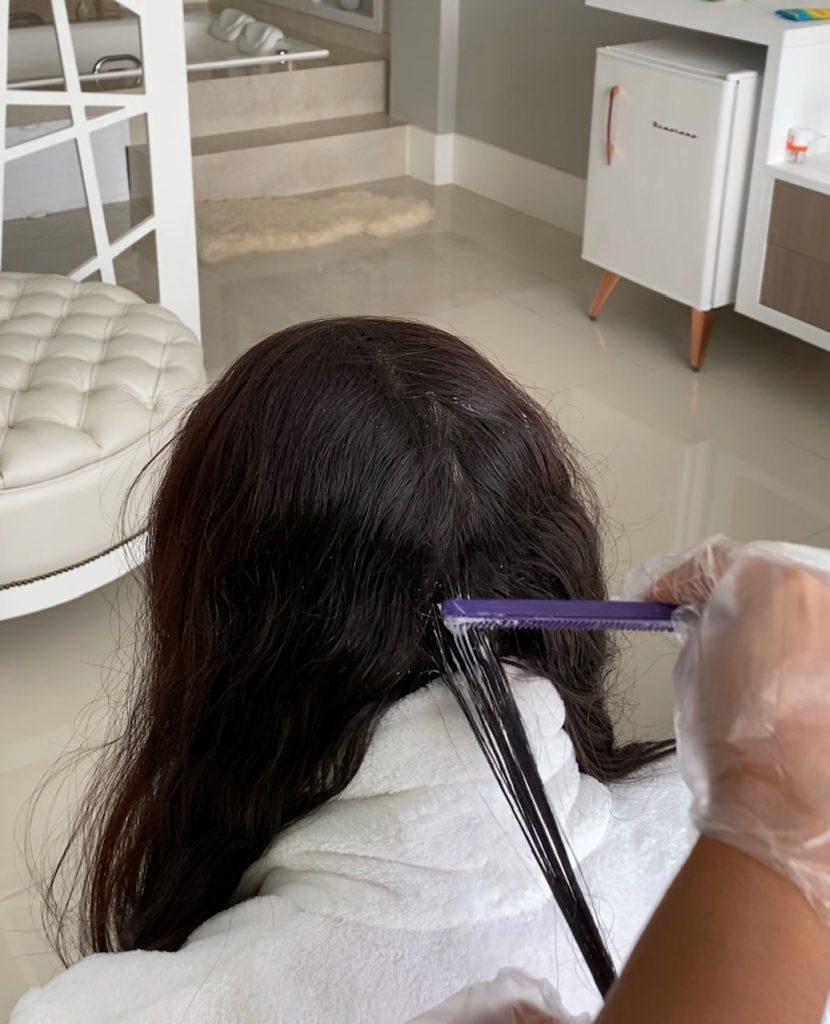 antes de aplicar o creme alisante hairlife liso e natural é necessário realizar o teste de mecha.